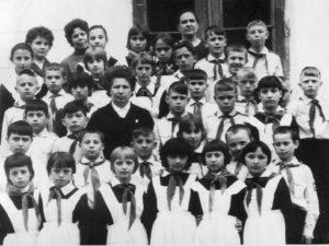 C:\Documents and Settings\Admin\Рабочий стол\Музей наш\голубь\голубь фото\69 г. Голубь Алевтина Васильевна со своими воспитанниками.jpg